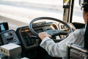 バスに限らず、運送業界では慢性的な人手不足が続いている